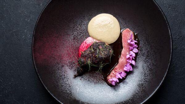 Espina de cordero con alcachofa ahumada y mousse de trufa en el restaurante Barán-Rapán - Sputnik Mundo