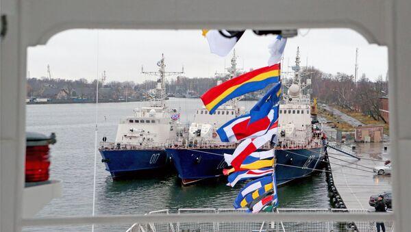 El buque Vasili Griazev (izda.) - Sputnik Mundo