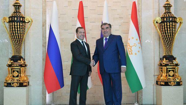 El primer ministro de Rusia, Dmitri Medvédev, y el presidente de Tayikistán, Emomali Rahmon - Sputnik Mundo