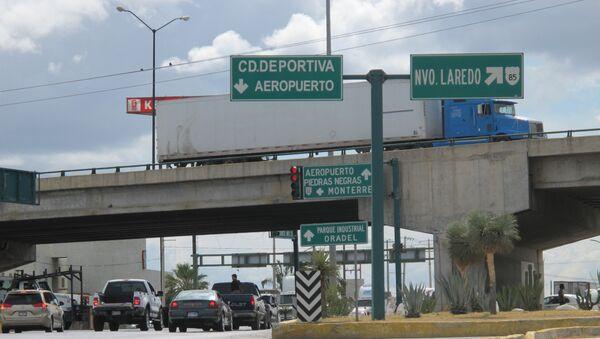 Un señal de tráfico con indicación a Nuevo Laredo, México - Sputnik Mundo