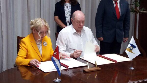 Tatiana Valovaya, ministra de Integración y Macroeconomía de la Comisión Euroasiática y Rodrigo Malmierca, ministro cubano de Comercio Exterior y la Inversión Extranjera, firman memorando de entendimiento en La Habana. - Sputnik Mundo