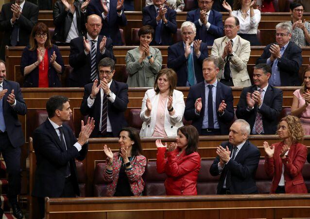 Pedro Sánchez, secretario general del PSOE, rodeado de su partido