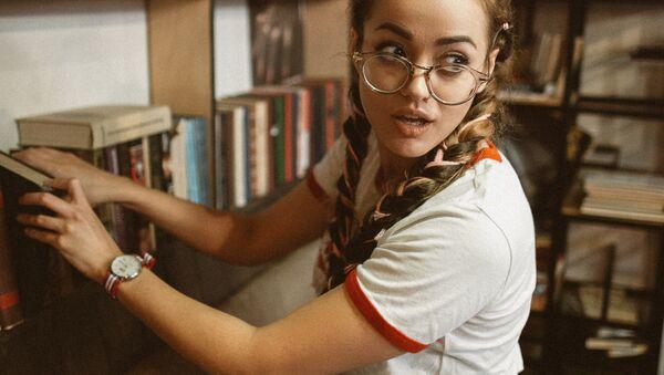 Una joven con gafas, imagen referencial - Sputnik Mundo