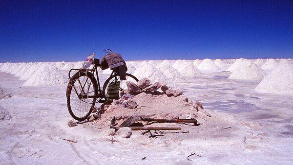 Bicicleta en el salar de Uyuni - Sputnik Mundo