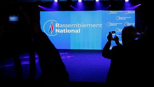 Logo del partido Unión Nacional (Rassemblement national, en francés) - Sputnik Mundo