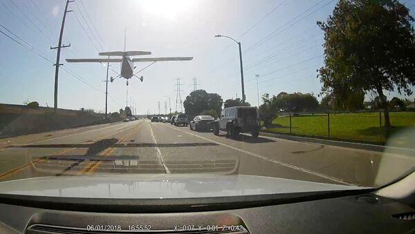 Una estudiante de piloto logró realizar un aterrizaje de emergencia en medio de una concurrida calle de Huntington Beach (California, EEUU) - Sputnik Mundo