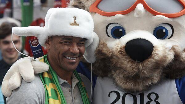 El exfutbolista brasileño Cafu y Zabivaka, la mascota del Mundial de Rusia - Sputnik Mundo