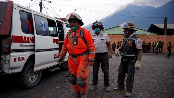 Bomberos guatemaltecos después de la erupción del volcán de Fuego en San Juan Alotenango - Sputnik Mundo