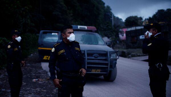 La Policía guatemalteca después de la erupción del volcán de Fuego en San Juan Alotenango - Sputnik Mundo