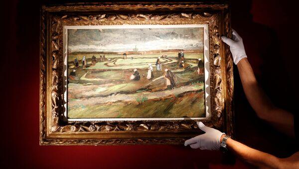 El cuadro del pintor holandés Vincent van Gogh 'Raccommodeuses de filets dans les dunes' - Sputnik Mundo