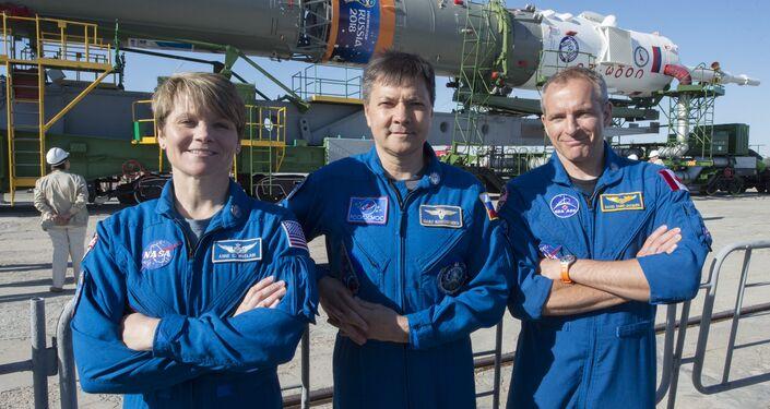 Los tripulantes de la expedición EEI 56/57, de la izquierda a la derecha:  Serena Auñón-Chancellor (EEUU), Serguéi Prokópiev (Rusia) y Alexandr Gerst (Alemania)