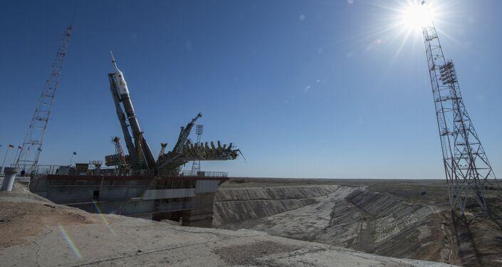 El cohete Soyuz-FG en el proceso de instalación en la plataforma de Gagarin en el cosmódromo de Baikonur
