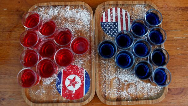 Un tablero con unas bebidas y las banderas de Corea del Norte y EEUU (imagen referencial) - Sputnik Mundo