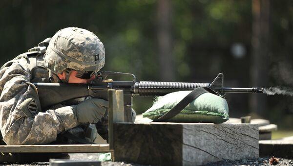 Un soldado de EEUU con un rifle M-16 - Sputnik Mundo