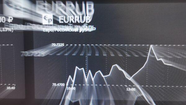 La tasa de euros y rublos en una pantalla en la bolsa de Moscú. - Sputnik Mundo