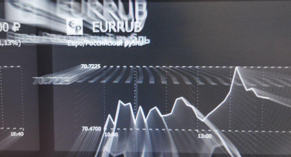 La tasa de euros y rublos en una pantalla en la bolsa de Moscú (archivo)