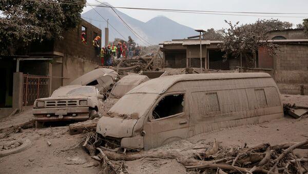 Bomberos y rescatistas en un lugar afectado por la erupción del volcán de Fuego en San Juan Alotenango, Guatemala (archivo) - Sputnik Mundo