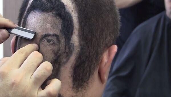 Un peluquero que hace maravillas: retrato de Cristiano Ronaldo en la cabeza de un cliente - Sputnik Mundo