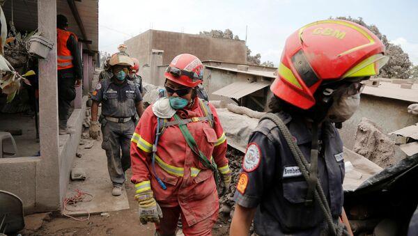 Rescatistas en un lugar afectado por la erupción del volcán de Fuego en San Juan Alotenango, Guatemala - Sputnik Mundo