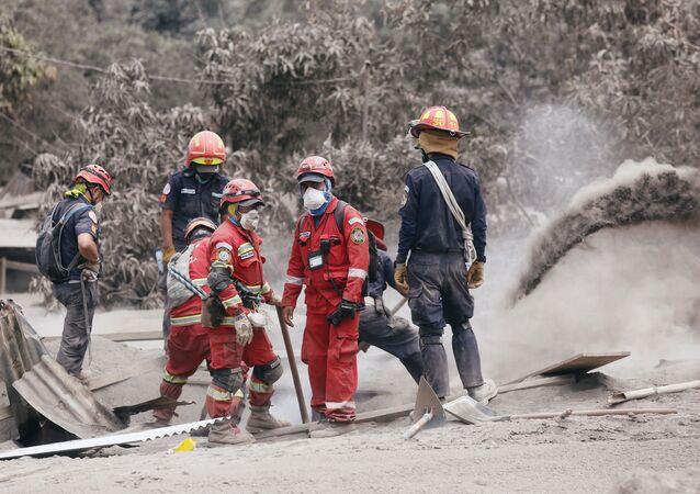 Rescatistas en un lugar afectado por la erupción del volcán de Fuego en San Juan Alotenango, Guatemala
