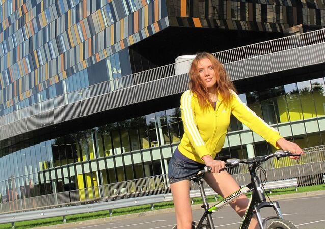 Una mujer montada en una bicicleta