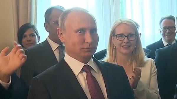 Putin recibe una agradable sorpresa durante su visita a Austria - Sputnik Mundo