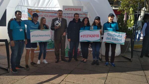 Nikolay V. Sofinskiy, embajador ruso en Uruguay, Christian Di Candia, prosecretario de la Intendencia de Montevideo y voluntarios en el estand de San Petesburgo en Plaza P. Fabini - Sputnik Mundo
