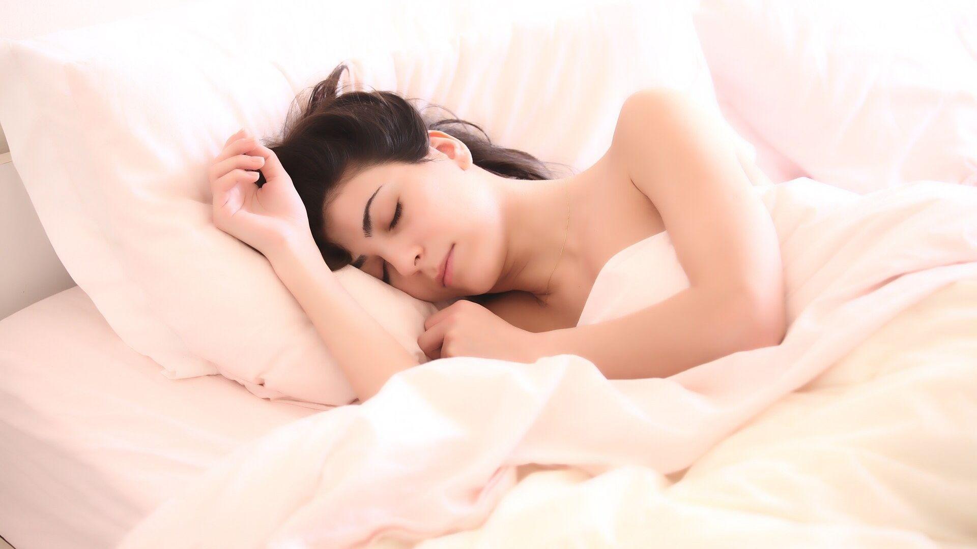 Una mujer está durmiendo en la cama  - Sputnik Mundo, 1920, 27.04.2021