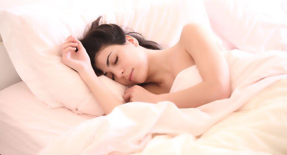 Una mujer está durmiendo en la cama