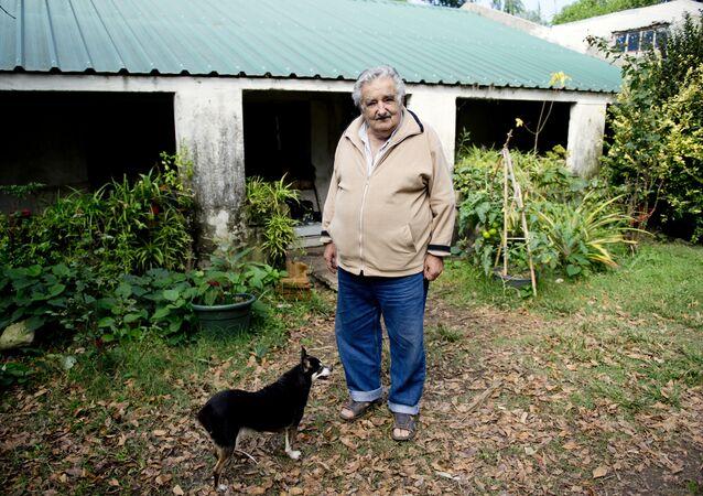José Mujica con su perra Manuela