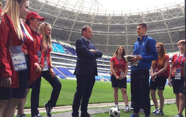 El presidente del Instituto Bering Bellingshausen para las Américas, Sergey Brilev, entrega el pasto del Estadio Centenario de Montevideo para el Cosmos Arena de Samara a la joven promesa del fútbol ruso Nikita Kotin - Sputnik Mundo