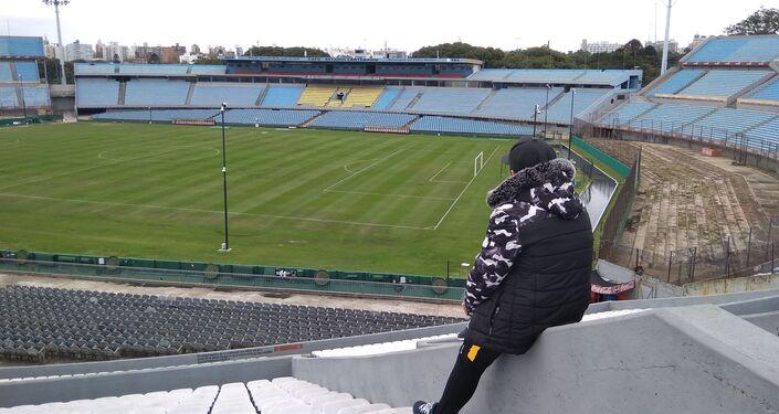 Alumno del taller Conociendo Montevideo, del Liceo N°73 de Montevideo, Uruguay, en el Estadio Centenario.
