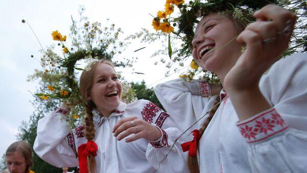 La celebración del solsticio de verano en Bielorrusia - Sputnik Mundo