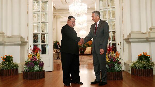 El líder norcoreano, Kim Jong-un, con el primer ministro de Singapur, Lee Hsien Loong - Sputnik Mundo