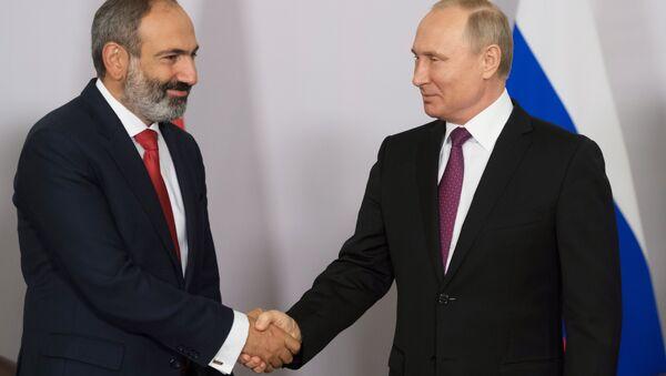 Nikol Pashinián, primer ministro de Armenia, y Vladímir Putin, presidente ruso - Sputnik Mundo