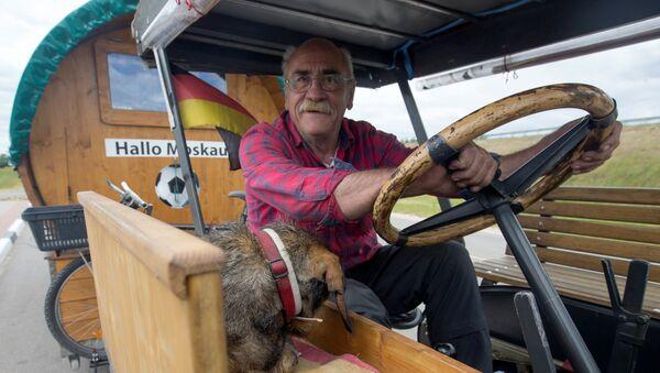 El fanático del fútbol Hubert Wirth decidió realizar un largo viaje en tractor desde su ciudad natal, Pforzheim (Alemania) a Rusia para asistir el Mundial - Sputnik Mundo