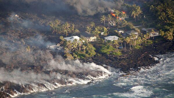 Lava surgida tras la erupción del volcán Kilauea en Hawái - Sputnik Mundo