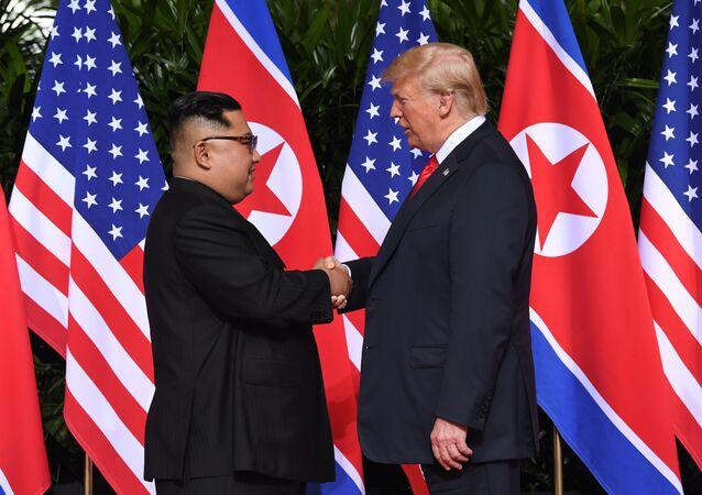 Kim y Trump se dan un apretón de manos
