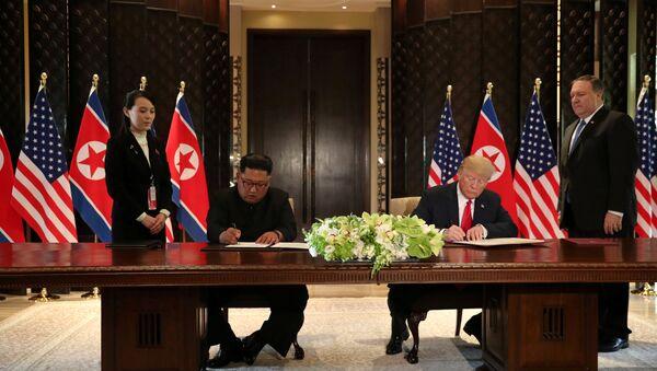 El presidente de EEUU, Donald Trump y el líder norcoreano Kim Jong-un firmaron el acuerdo final en la cumbre de Singapur - Sputnik Mundo