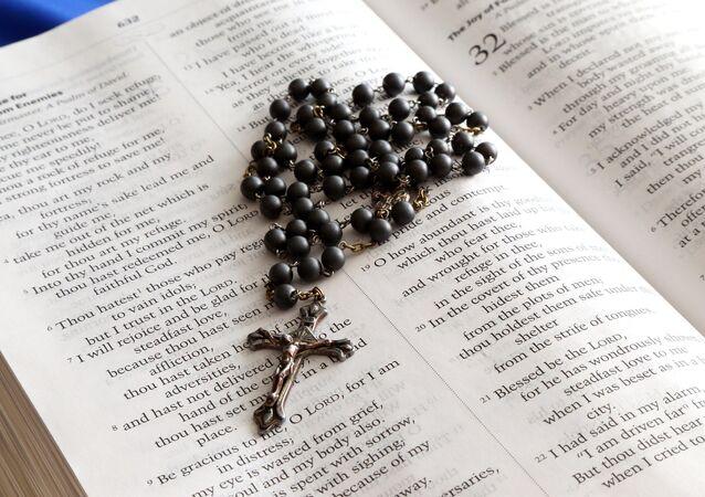 Rosario y la Biblia (archivo)