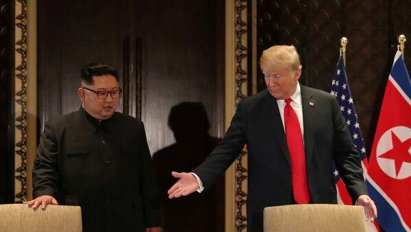 El presidente de EEUU, Donald Trump, y el líder de Corea del Norte, Kim Jong-un, antes de la ceremonía de la firma del acuerdo final de la cumbre bilateral en Singapur el 12 de junio - Sputnik Mundo