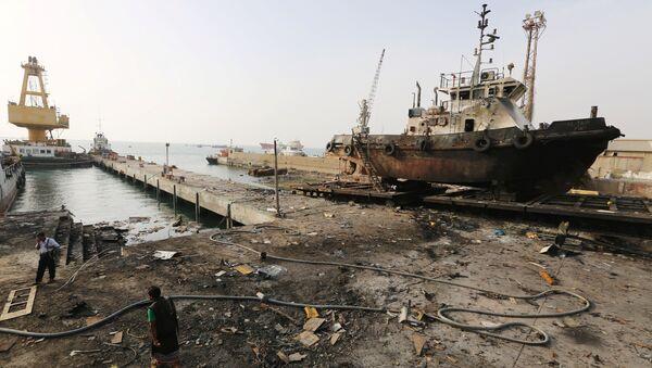 El puerto yemení de Al Hudaida tras un ataque aéreo de la coalición árabe en mayo de 2018 - Sputnik Mundo