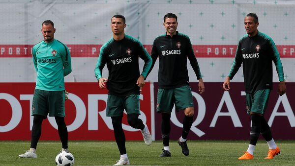 Cristiano Ronaldo, futbolista portugués, se entrena junto a la selección nacional lusa - Sputnik Mundo
