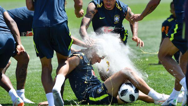Jugadores brasileños le rompen varios huevos en la cabeza a Coutinho - Sputnik Mundo