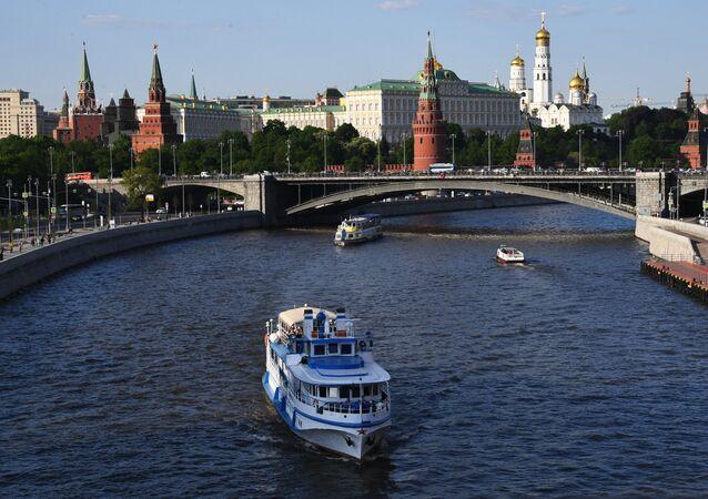 El Kremlin de Moscú y el río Moscova