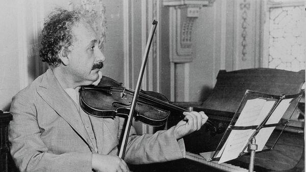 El famoso físico Albert Einstein tocando el violín, fecha y lugar desconocidos - Sputnik Mundo