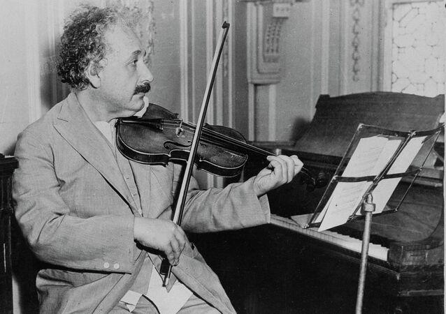 El famoso físico Albert Einstein tocando el violín, fecha y lugar desconocidos