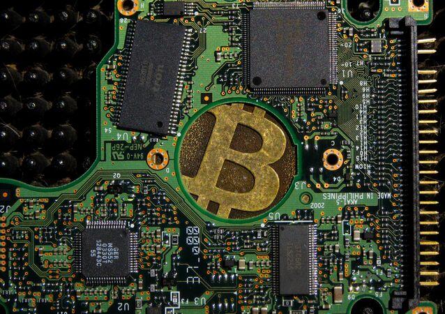 Un signo de bitcóin en una placa de computadora