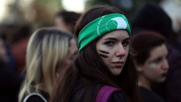 Manifestante a favor de la Ley de aborto en Argentina - Sputnik Mundo