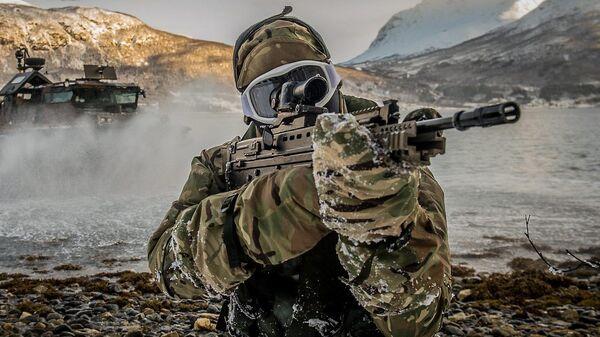 Un marine de la OTAN durante maniobras militares en Harstad, Noruega - Sputnik Mundo
